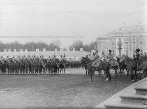 Драгунский полк проходит церемониальным маршем на параде мимо императора Николая II.