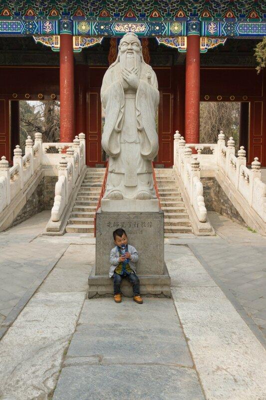 Статуя Конфуция перед вратами Дачэнмэнь, Храм Конфуция, Пекин