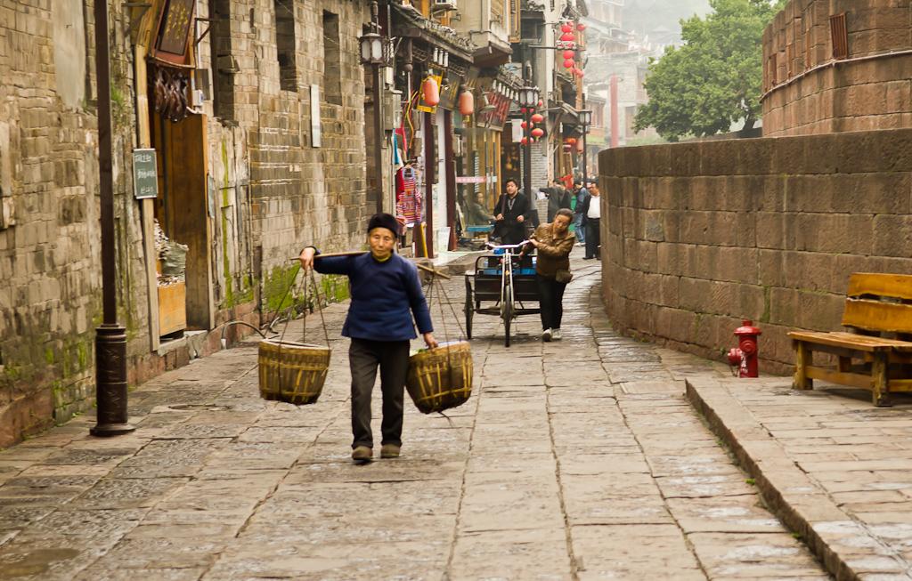 4. Свои заботы. Отчет об экскурсии в старинный город Фэнхуан (Fenghuang Ancient Town) в центре Китая. Мы добрались сюда из Чжанцзяцзе.