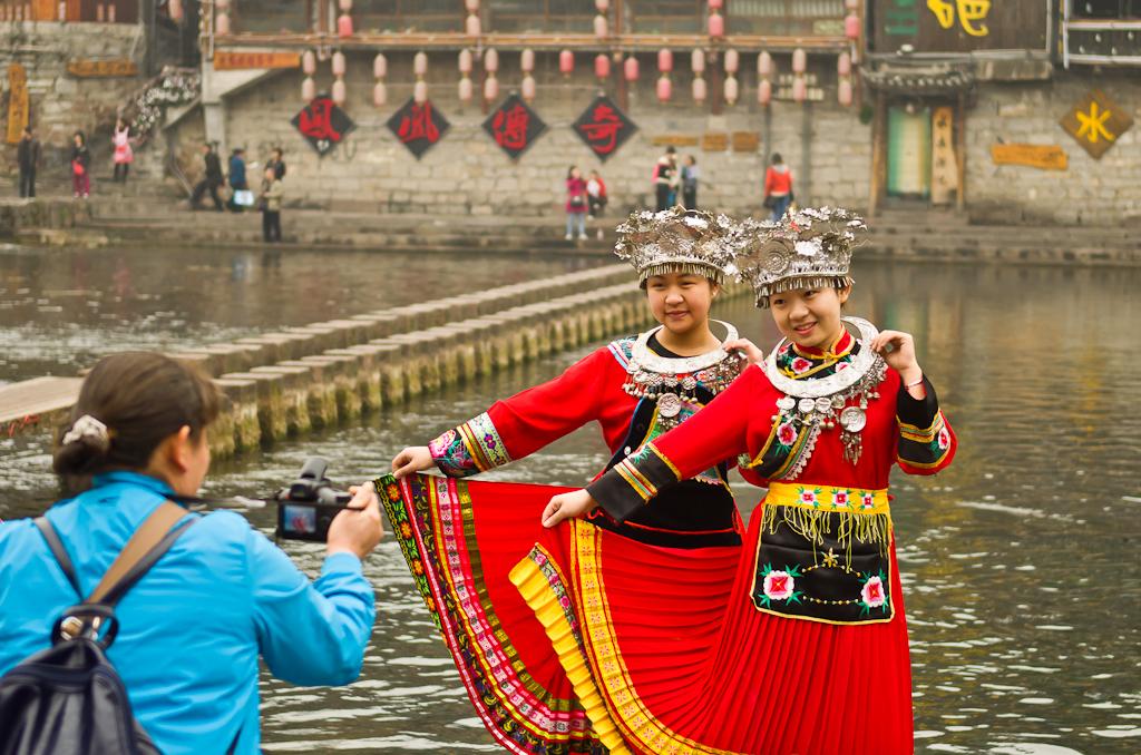 6. Красотулечки. Фотосессия на реке Тоцзян (Tuo Jiang River) в древнем городе Фенхуан. Отзыв о путешествии по Китаю.
