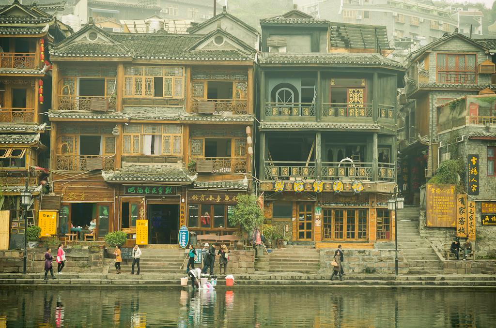 12. Стирка белья на берегу реки То (Тоцзян) в Фенхуане. Отзывы о поездке в Китай на отдых.