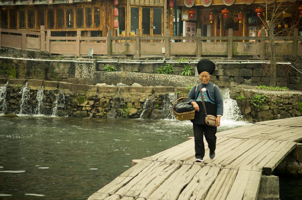 14. Национальная меньшевичка в Фенхуане. Здесь можно посмотреть, как живут представители народности мяо в Китае.