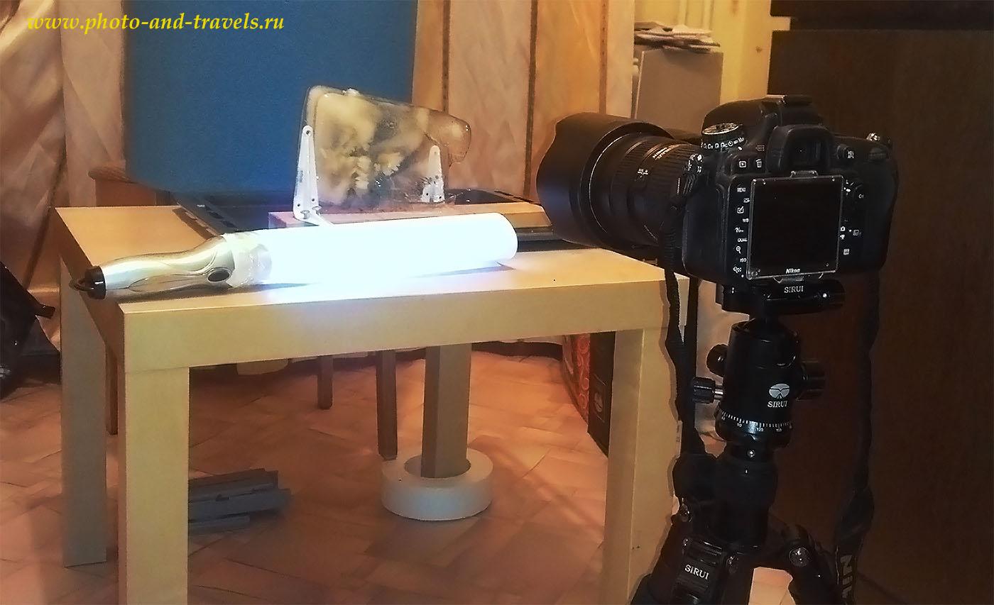 2. Студия для съемки натюрморта в домашних условиях. На столе - световая кисть, собранная из китайского фонарика и листа ватмана. Камера Nikon D610 с объективом Nikon 24-70mm f/2.8 установлена на штативе Sirui T-2204X с головкой G20KX.