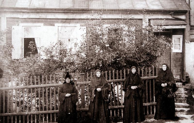 Монахини и послушница Знаменского монастыря