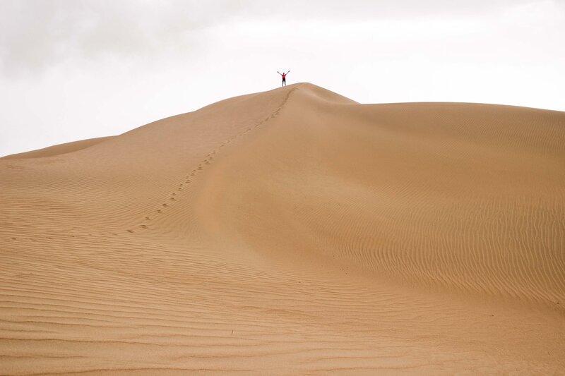 на вершине дюны в пустыне Кубучи (пески Кузупчи, Kubuqi desert)