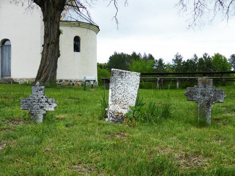 старые каменные кресты надгробия у церкви в сербии