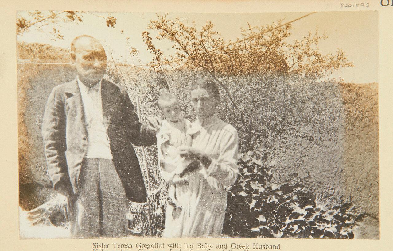 Тереза Греголини с ребенком и мужем греком Кокоромбо. Она была настоятельницей монастыря в Эль-Обейд и захвачена махдистами в 1883