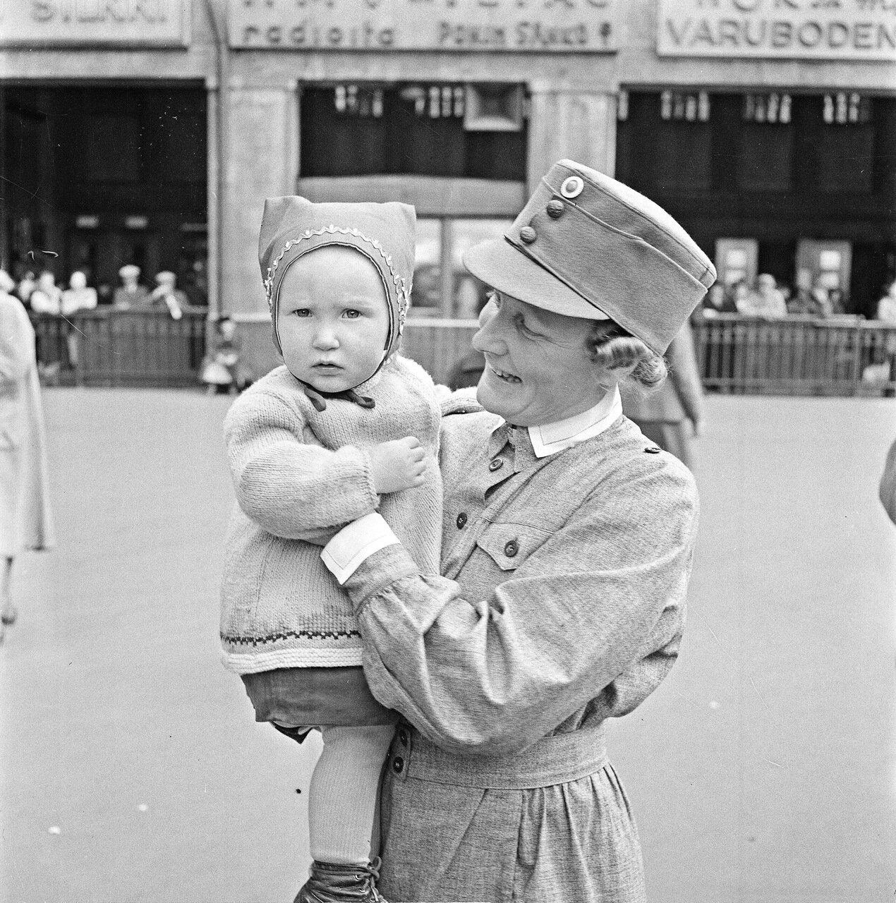 1941. 20 июня. Маленький пассажир на руках женщины из Лотта Свярд.