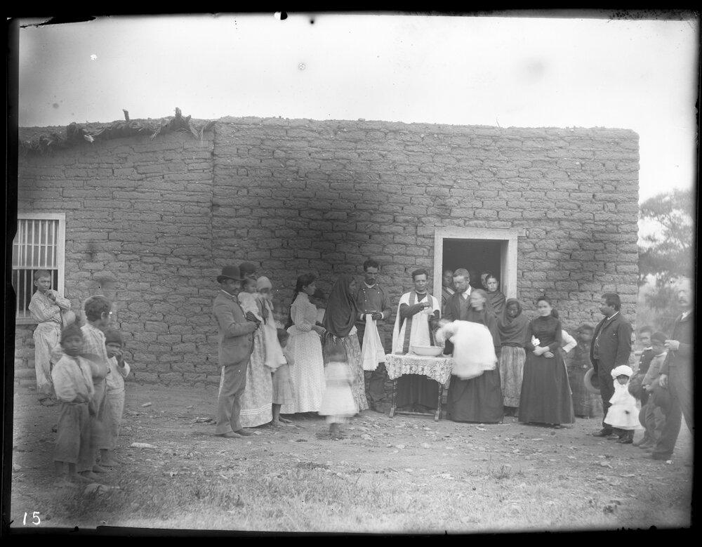 1890-1898. Группа местных жителей во время обряда крещения