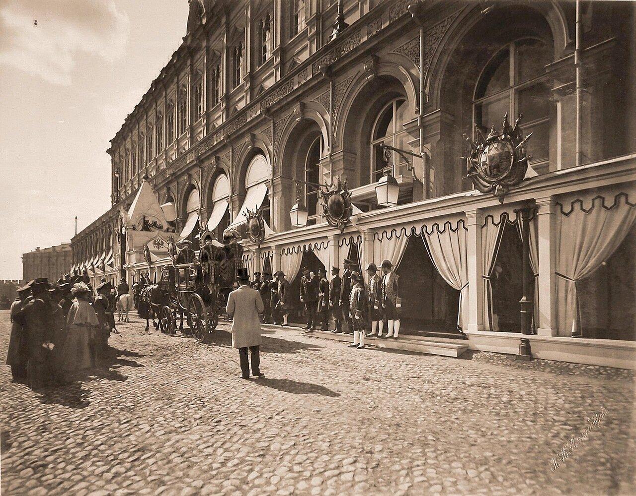 Группа горожан, военные и гражданские чины. дворцовые служащие у главного подъезда Большого Кремлёвского дворца в дни торжественной коронации