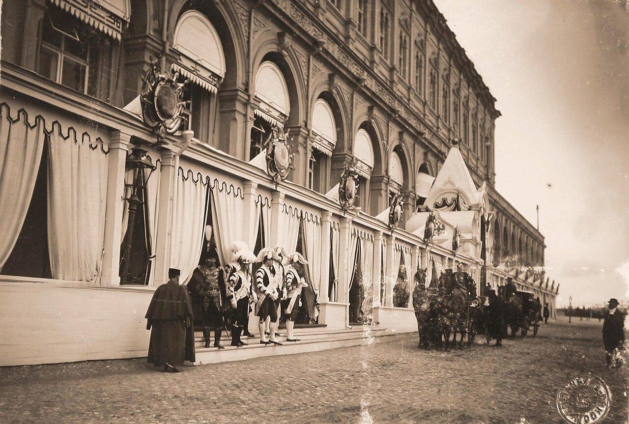Экипаж участников торжественной коронации у главного подъезда Большого Кремлёвского дворца