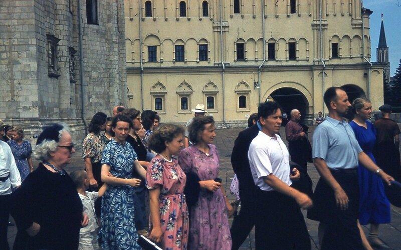 1958 Москва, туристы в Кремле.jpg