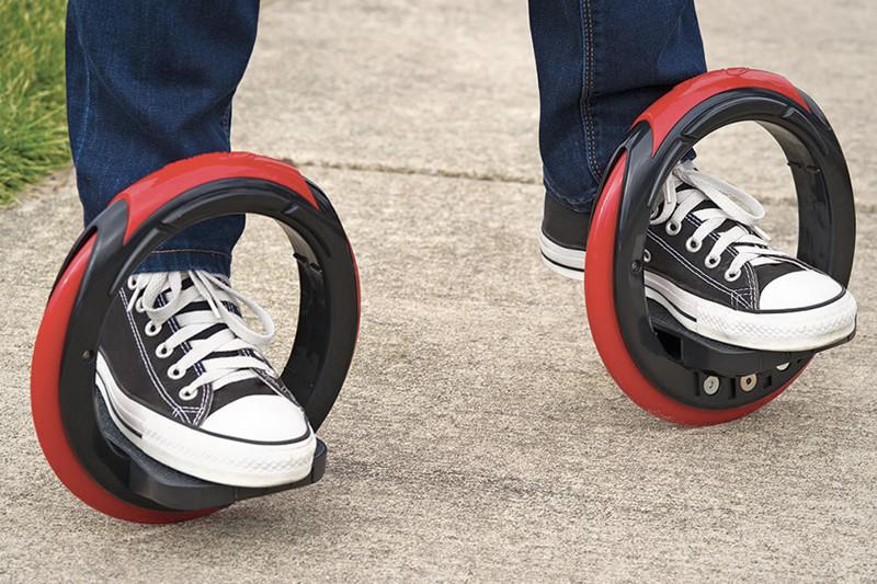 В отличие от стандартных скейтов, двойная круглая модель позволяет свободно управлять ногами, повора