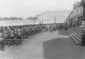 Император Николай II и сопровождающие его лица на параде у Большого Екатерининского дворца принимает парад Первой Уральской его величества сотни.