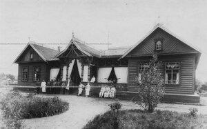 Группа медицинского персонала и больных у лазарета в красносельском лагере.