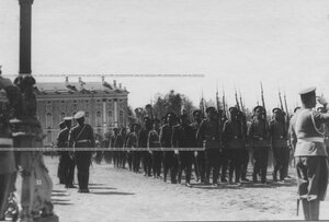 Церемониальный марш измайловцев на параде полка; на правом фланге - гость из французской армии.