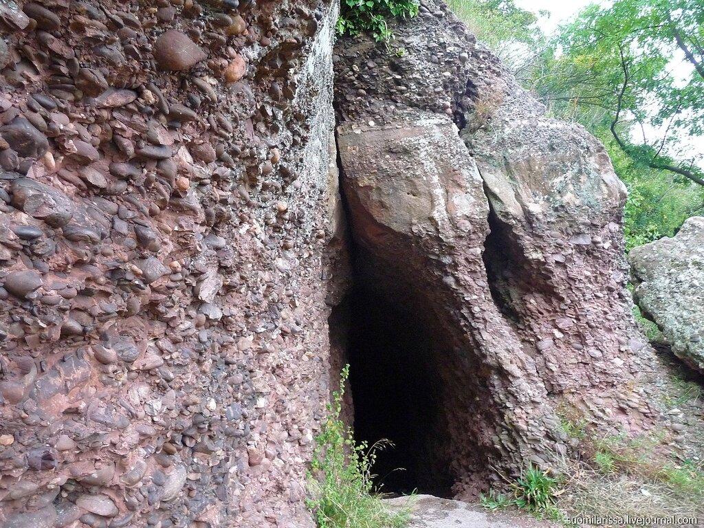 Вокруг замка по лесной тропе.