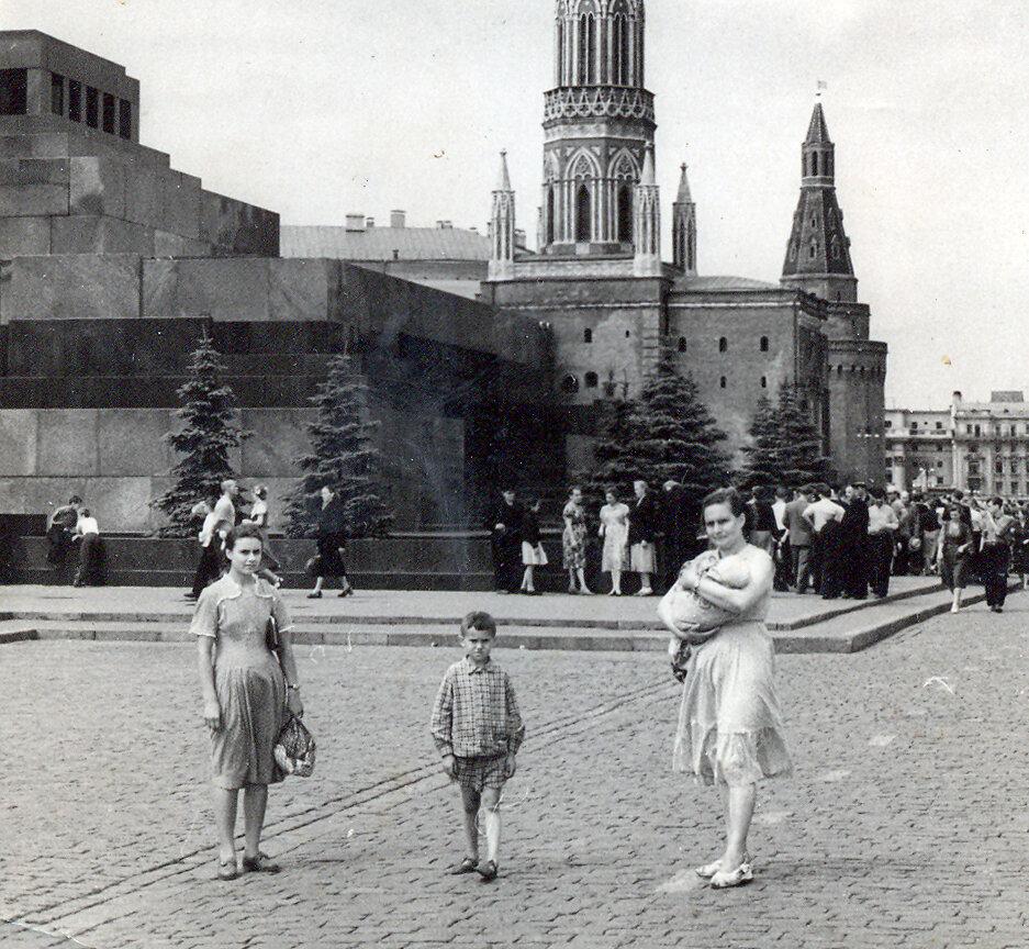 Москва, 1958 год. Наташа, Стасик и мама с Сережей.