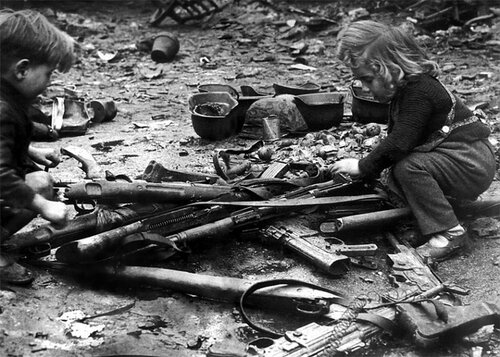 14-Нем. дети играют с брошенным оружием. Берлин.jpg