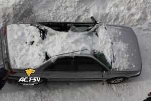 В Новосибирске и Бердске сошедший с крыши снег повредил припаркованные автомобили