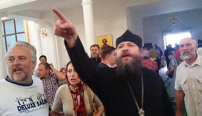 """Ульяновск 20 июля 2015 г. Отец Иоанн Косых призывает паству кричать новому владыке """"анаксиос""""- не достоин!"""