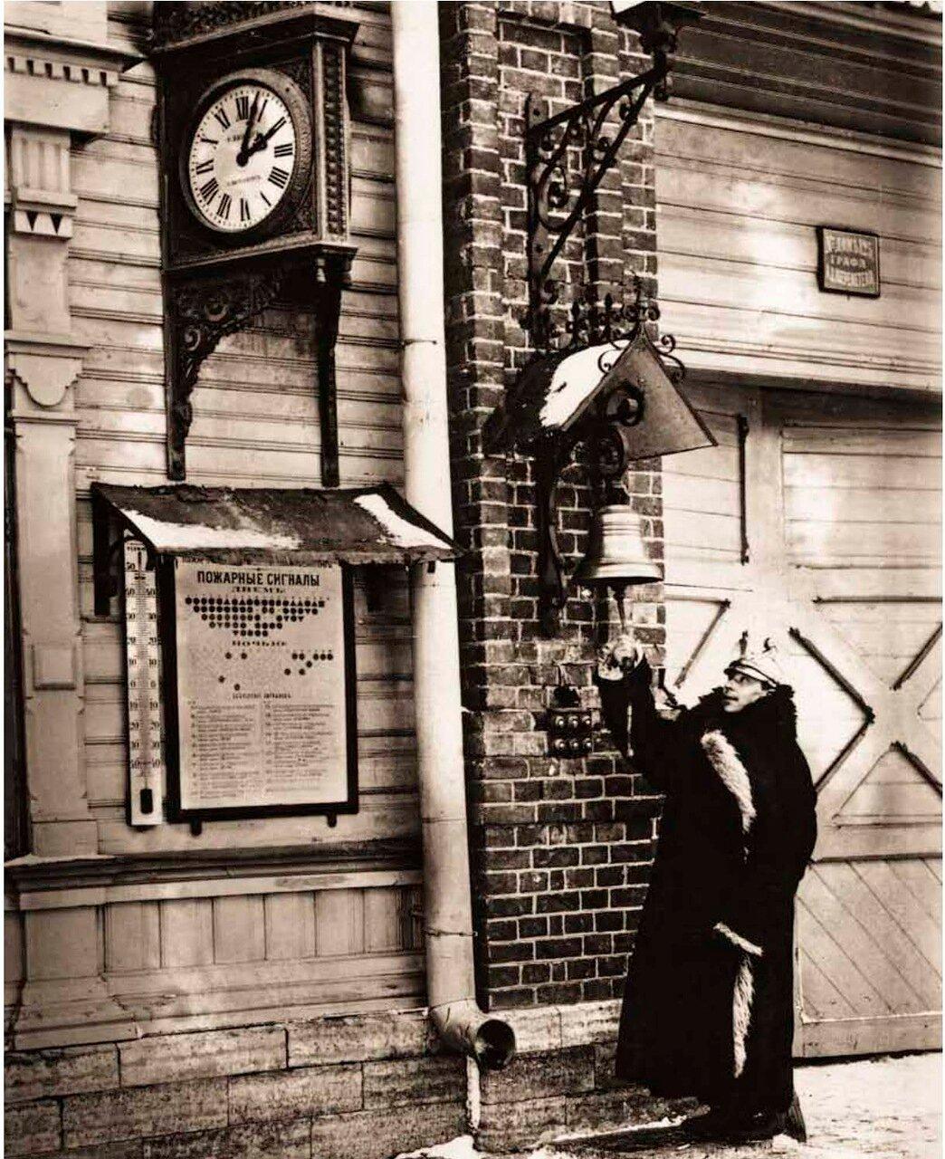1909. Часовой у малого колокола на фасаде Пожарного депо Ульянковской Пожарной Команды графа А.Д.Шереметьева.