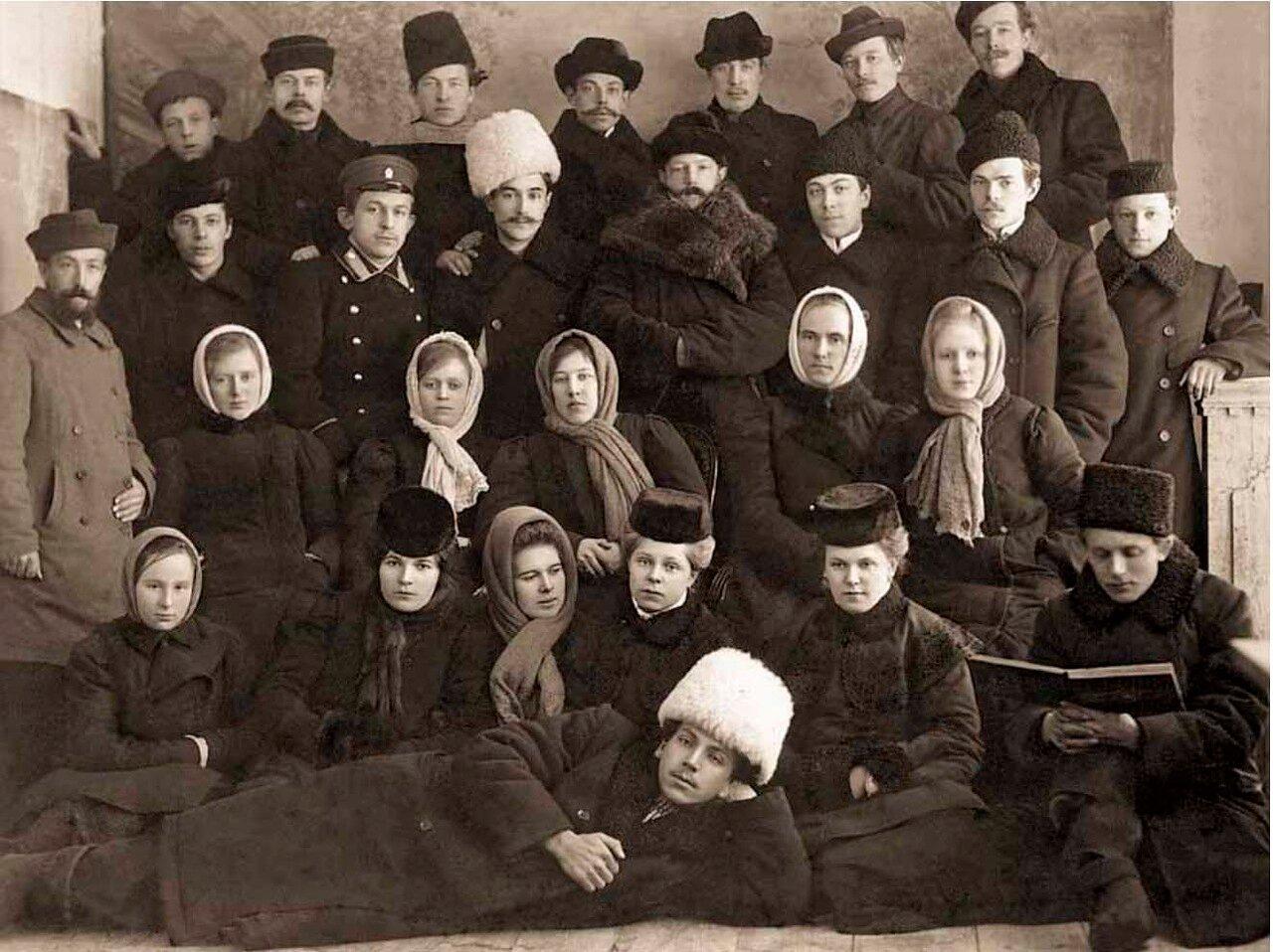 1909. Члены Диево-ГородищенскойПожарной Дружины - любители драматического искусства.