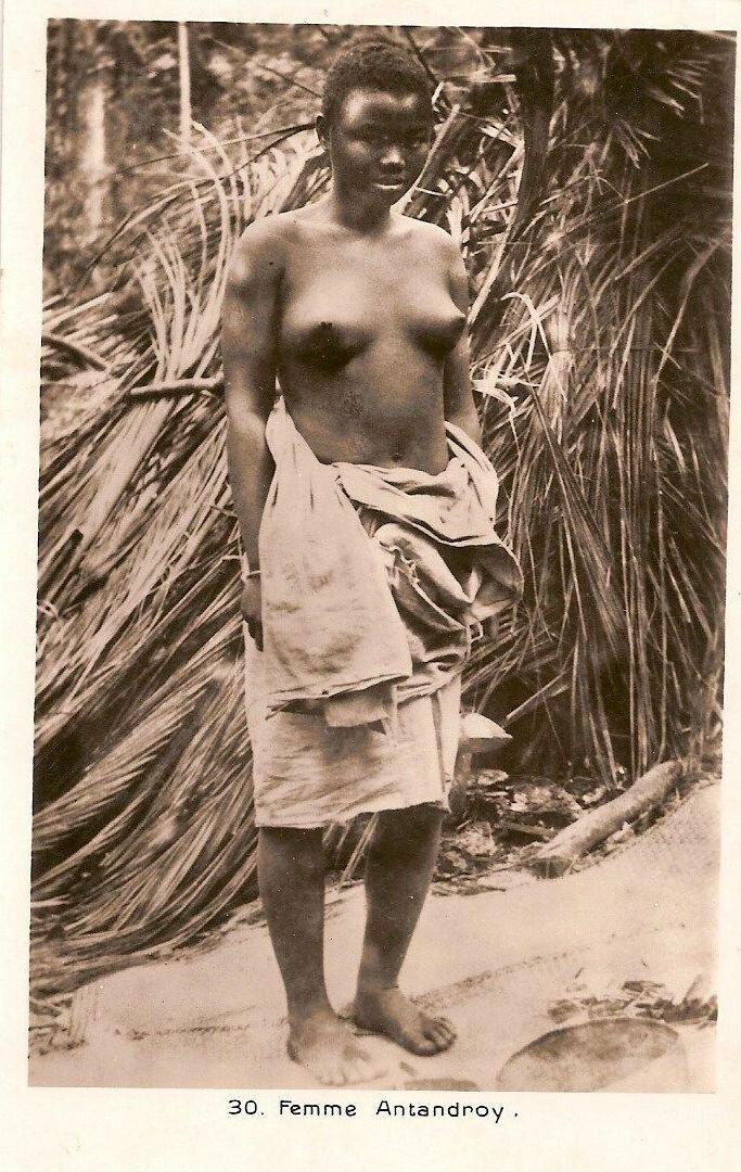 1930. Девушка из племени антандроу с с Мадагаскара