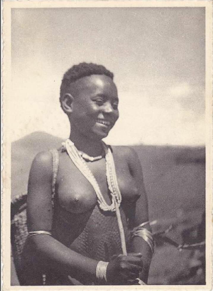 1930-е. Бельгийское Конго. Девушка из племени Баня-Бонго.