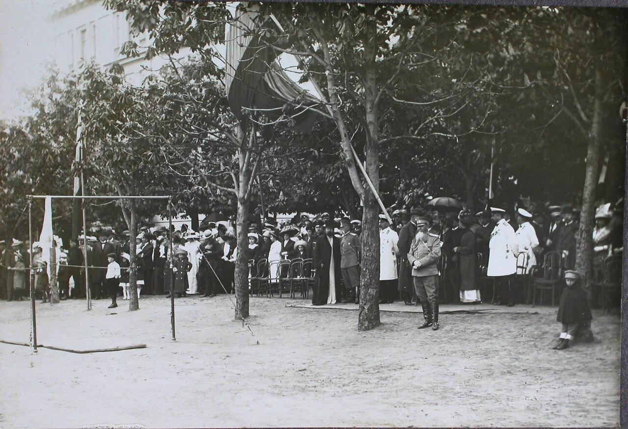 10. Зрители - гости из Германии - наблюдают смотр потешных; справа (между двух деревьев) - генерал-адъютант Н. И. Иванов