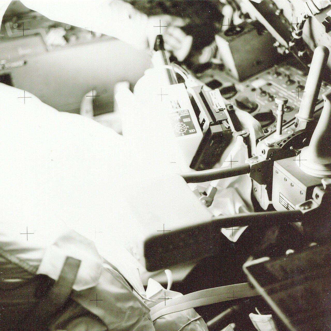Следующей операцией было отделение от отсека экипажа лунной кабины. Эта процедура также была нештатной. На снимке: Астронавты внутри Лунного Модуля перед окончательным переходом в командный модуль