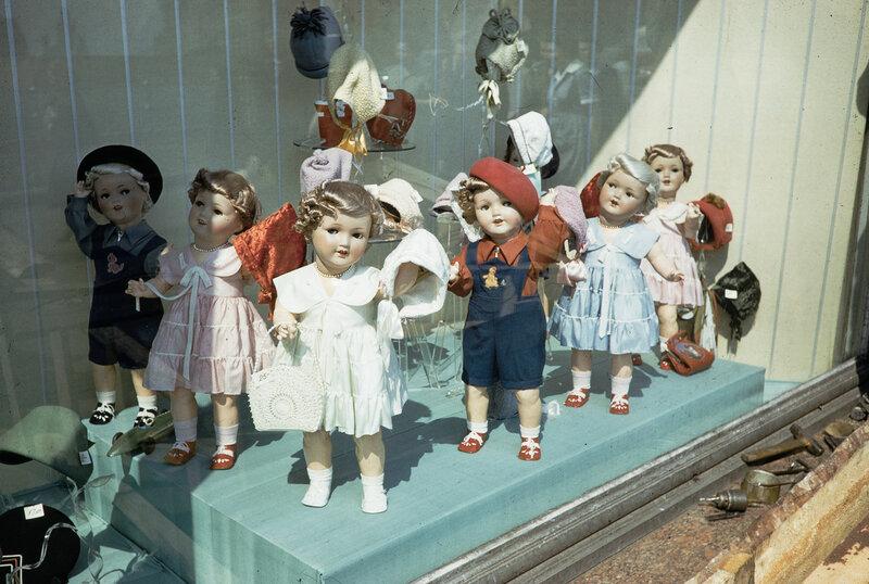 1959 Куклы на витрине в Москве. Harrison Forman2.jpg