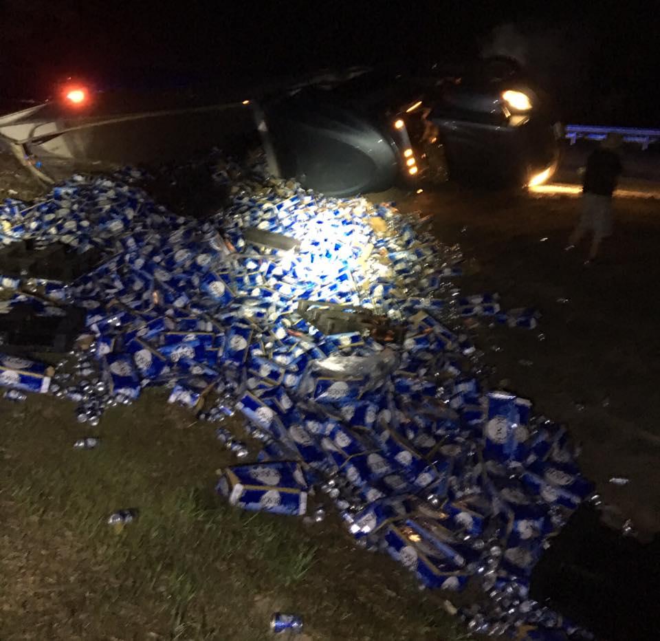Страшная трагедия: более 27 тонн пива вылилось на шоссе во Флориде