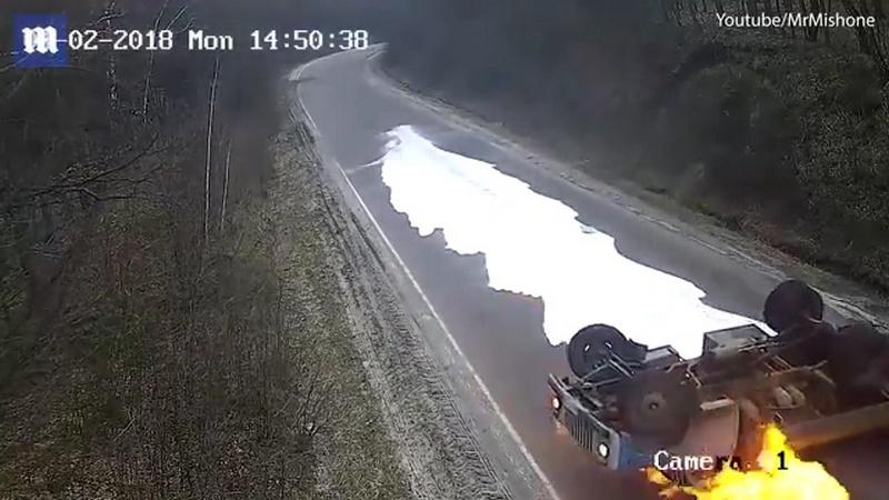 Молоковоз перевернулся и загорелся на украинской дороге
