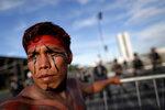 Бразильский индеец участвует в демонстрации против нарушении прав коренных народов. Бразилиа, Бразилия, 27 апреля, 2017 года. Фото: Ueslei Marcelino /REUTERS