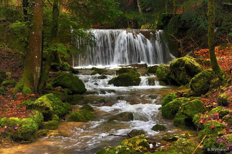 водопад на маленьком ручье