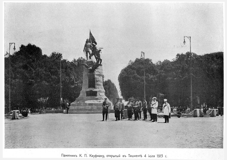 Памятник К. П. Кауфману в сквере в центре Ташкента. Открыт 4 июля 1913