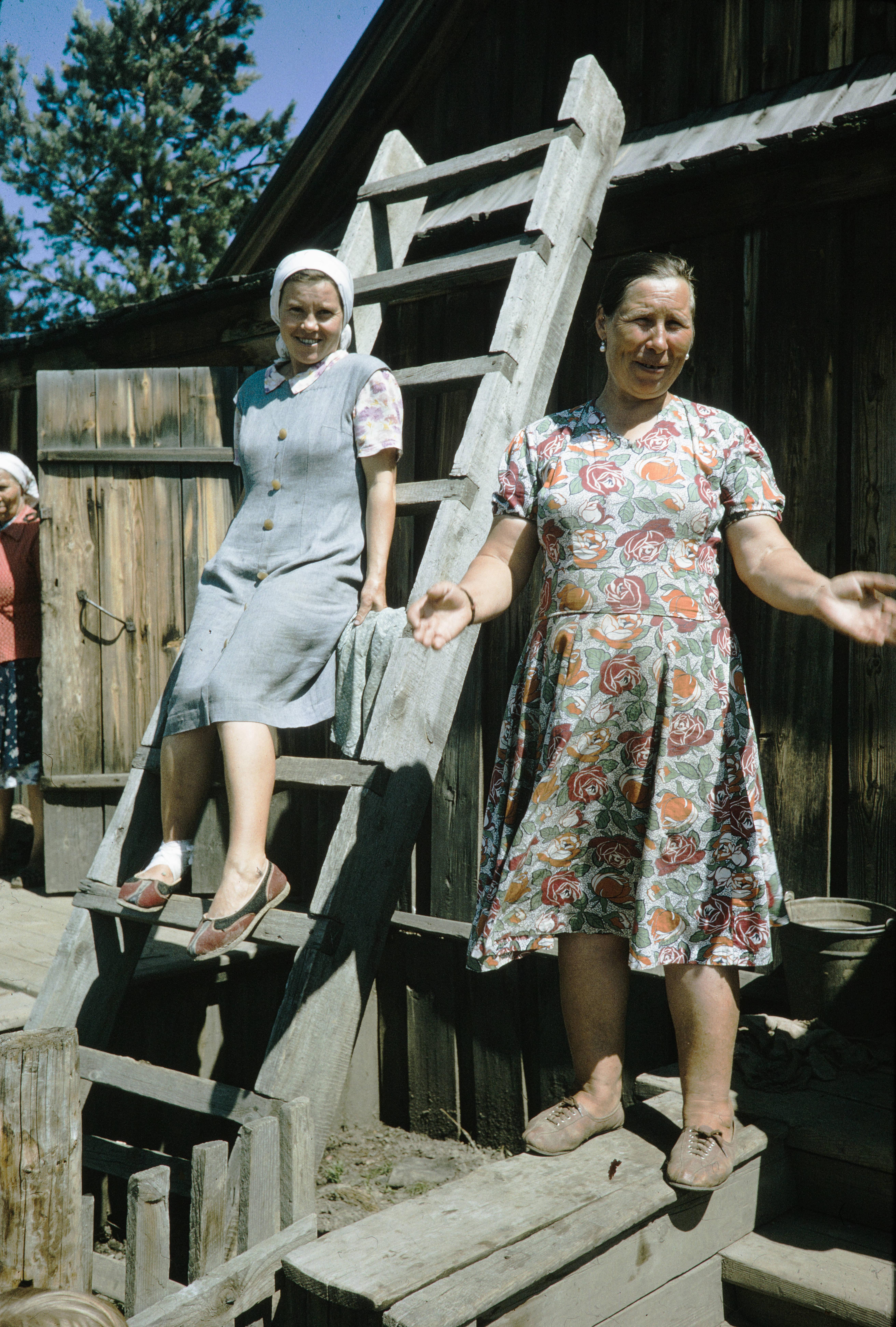 Большая речка. Женщины во дворе дома