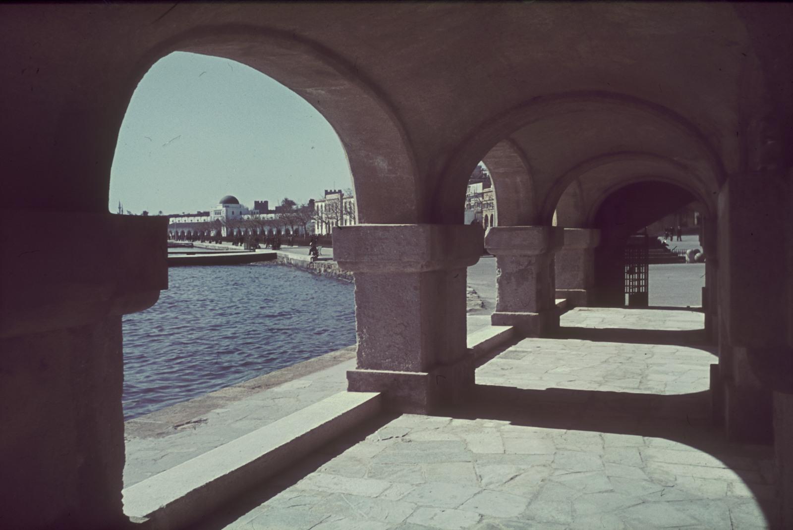 Родос. Порт Мандраки. Вид из аркад церкви Евангелизма