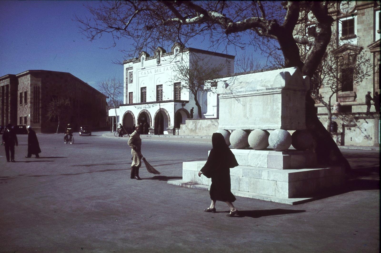 Комо. Уличная сцена с Каза-дель-Фашио итальянского архитектора Джузеппе Терраньи