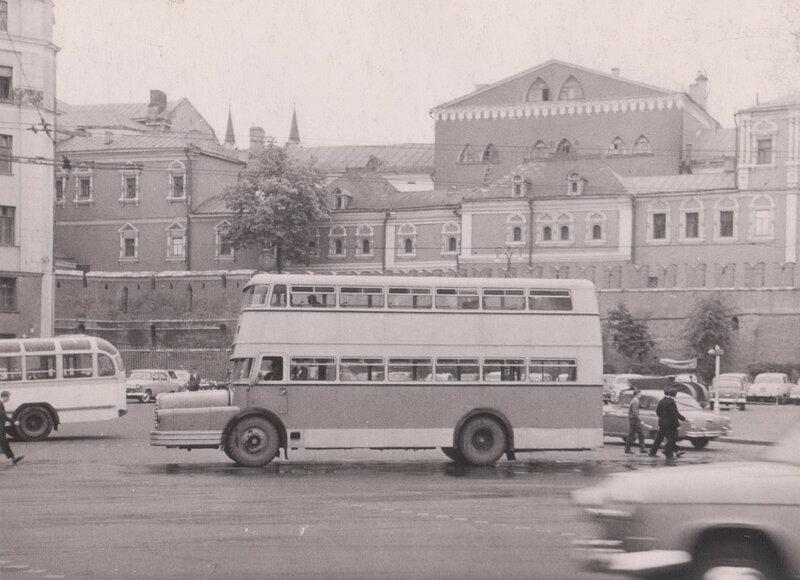 1960-64 Двухэтажный автобус Do 56  на улице города.jpg