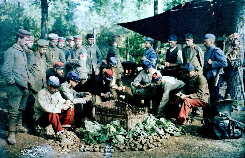 Au camp de prisonniers de Barika en Algérie, des prisonniers allemands observant un groupe de soldats français de corvée de