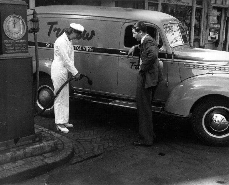 Vrouwelijke bediening bij benzinepomp garage Tabak, Nieuwezijds Voorburgwal, Amsterdam, 22 september 1947Foto Ben van Meerendonk / AHF, collectie IISG, Amsterdam