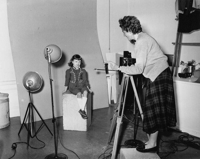 Opname van een jong meisje in de studio van fotograaf Meyboom, Amsterdam, 28 maart 1956 Foto Ben van Meerendonk / AHF, collectie IISG, Amsterdam