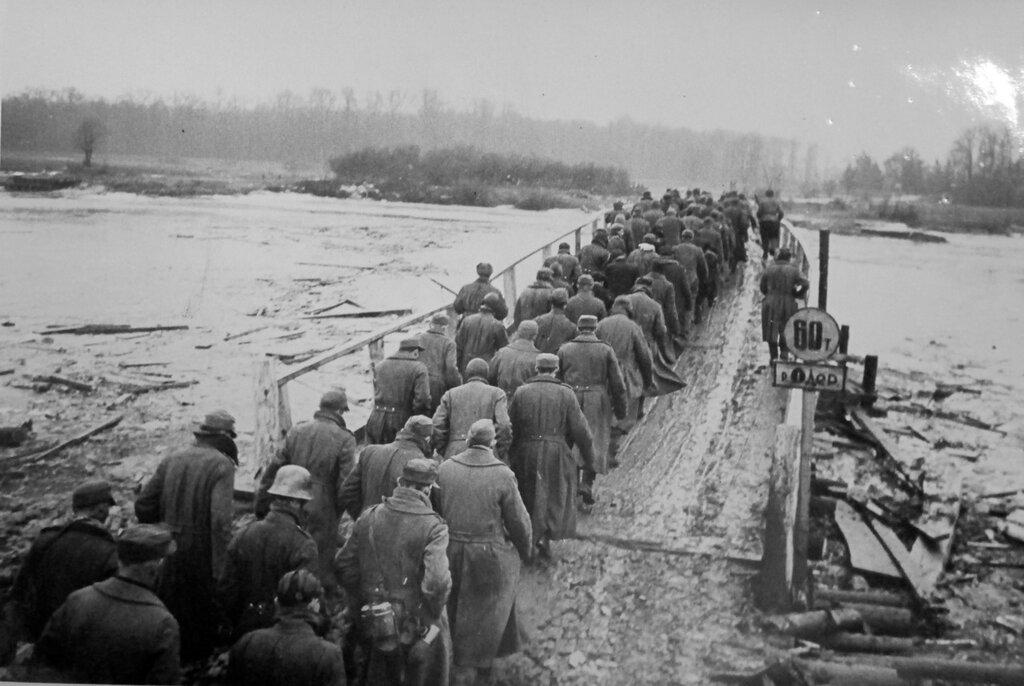 Колонна пленных немцев направляется в тыл 1-го Украинского фронта по мосту через Одер. 1945