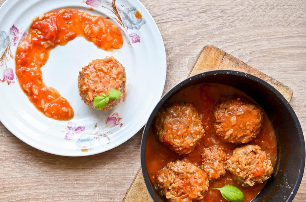 Ёжики в сметанно-томатном соусе