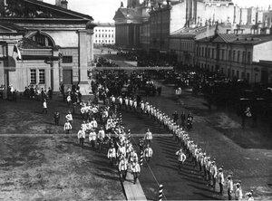 Император Николай II, великия князья и командир полка с группой офицеров в момент выхода из манежа на Новоисаакиевской улице   в день полкового праздника.