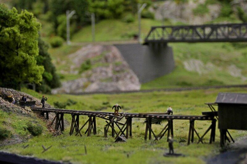 Гранд макет: выход из шахты, деревянная эстакада, ведущая к мельнице, с которой упала вниз в болото вагонетка с породой, частично разрушив рельсы