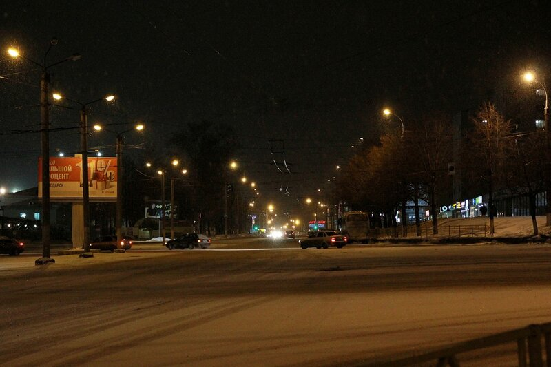 улица Комсомольская от Октябрьского проспекта в ночном освещении
