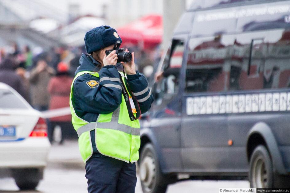 Девушка инспектор ДПС фотографирует на эстафете Олимпийского огня в Саранске